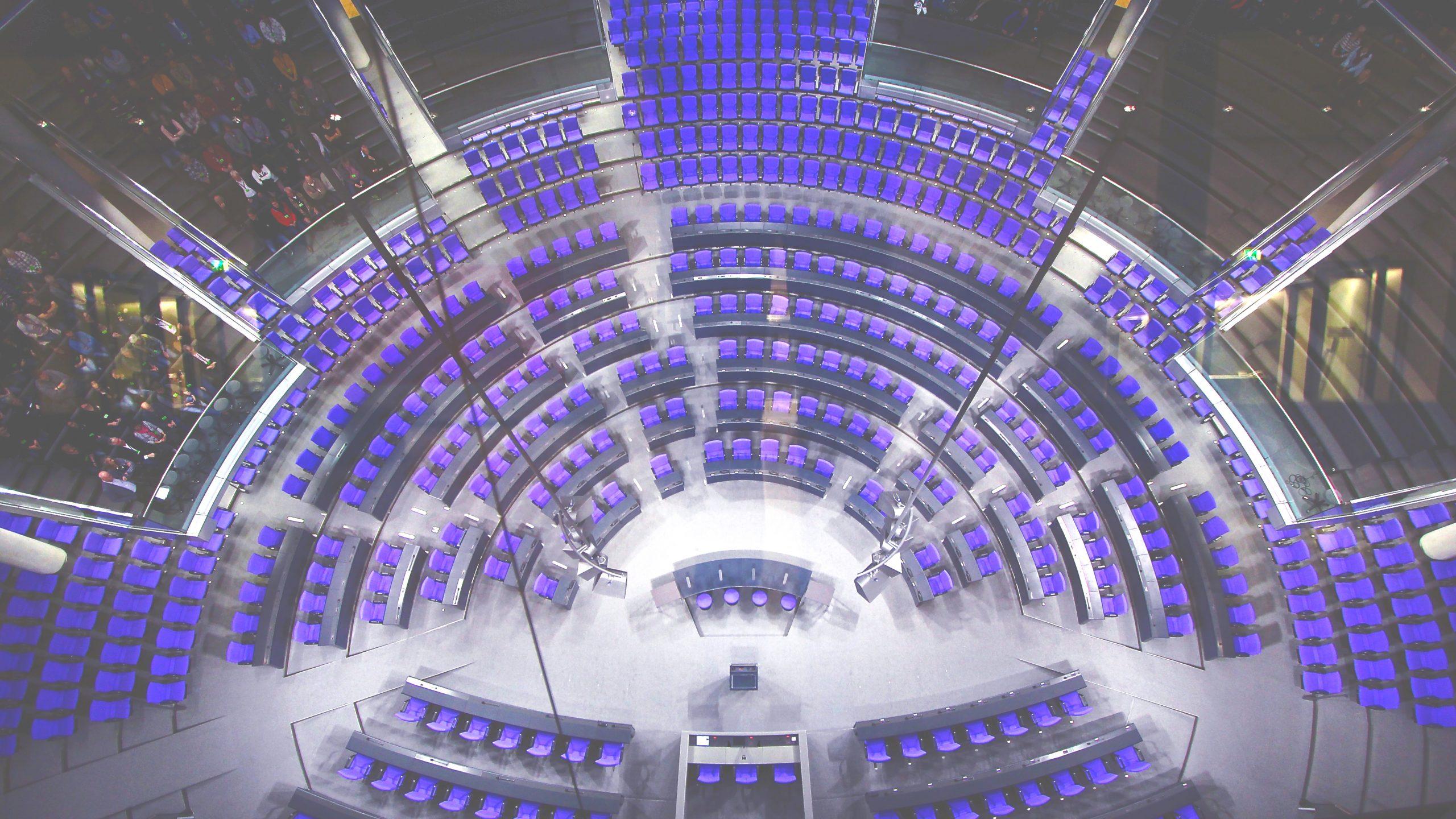 Plenarsaal-bearbeitet-scaled.jpg
